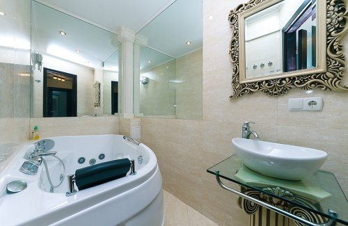 Rent luxury 1 bedroom apartment in Kiev at Baseina 11 with Jacuzzi