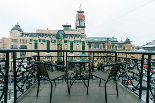 Rent nice 2 bedroom apartment in Kiev on Baseina with a balcony