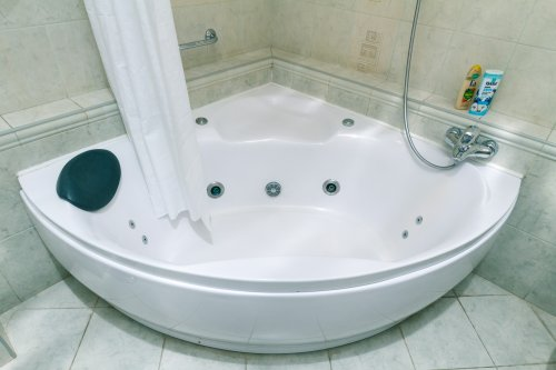 Rent modern 1 bedroom apartment in Kiev Lesi Ukrainky big Jacuzzi hot tub