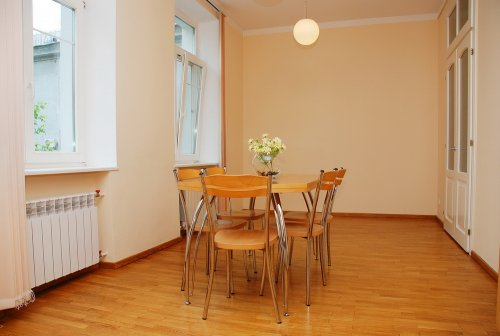 Rent 2-bedroom apartment in Kiev at 20 Pushkinskaya St.