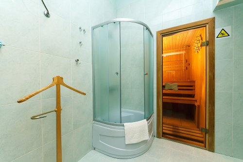 Rent luxury 2 bedroom apartment in Kiev at Rohnidynska 1 with shower and tub