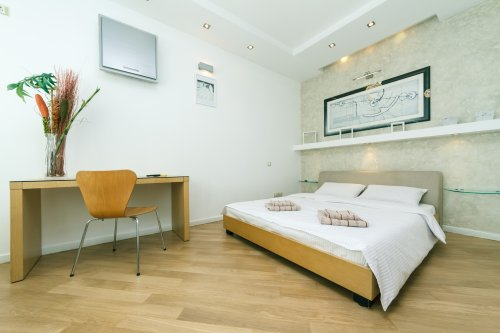 Rent lux 1 bedroom apartment in Kiev with a working desk in center