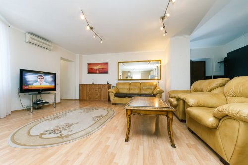 Rent 3-bedroom luxury apartment in Kiev at 20-B Shota Rustaveli St.