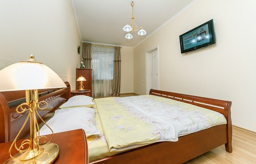 Rent apartment in Kiev at 4 Sofiyevskaya St.